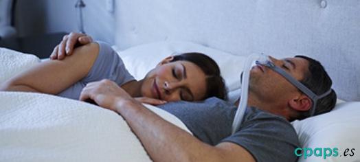 Fotografía del tratamiento de apnea del sueño utilizando las olivas AirFit P10 de Resmed